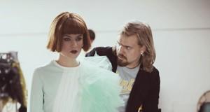Dizainerio R. Kalinkino šou pristatančiose nuotraukose – keistos meilės išraiškos