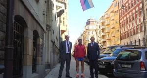 Lietuvos ambasadoje Stokholme apsilankė lietuvis, ryžęsis apibėgti Baltijos jūrą