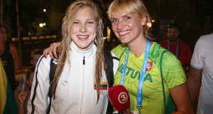 Vl. Musvydaitė Pasaulio plaukimo čempionatą stebi su R. Meilutytės šeima