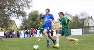 Futbolo aikštės atidarymo šventėje Alytuje vaikai žaidė su žvaigždėmis