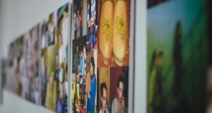 """Kelionę per Lietuvą pradeda jaunimo projekto """"Atpažink. Suprask. Pakeisk"""" nuotraukų ir piešinių paroda"""