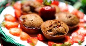Šokoladiniai pyragėliai su braškėmis