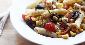 Makaronų salotos su kukurūzais ir feta