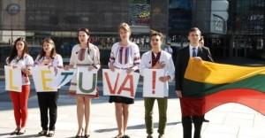 """Vilniuje Ukrainos jaunimas surengė padėkos akciją """"Ačiū tau, Lietuva!"""