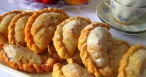 Samosos su karamelizuotais obuoliais ir razinomis