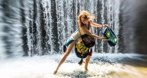 Rasos Rožinskienės kurtų rankinių fotosesijoje – maudynės krioklyje ir vaikščiojimas tilto atbraila
