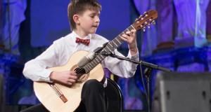 """Dvylikmetis gitaristas Augustas Poškus: """"Gitara gali skambėti kaip orkestras"""""""