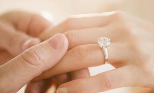 Kodėl moterys mūvi sužadėtuvių žiedus?