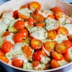 Cukinijų ir pomidorų apkepas su sūriu