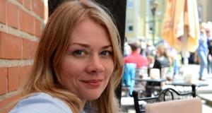 """Skaitytojų širdis užkariavusio """"Juodvilkio dvaro"""" autorė Indrė Vakarė išleido trečiąją knygą """"Nebijok"""""""