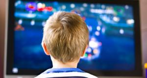 Kas labiau kenkia vaikų akims – televizorius ar mobilusis telefonas?