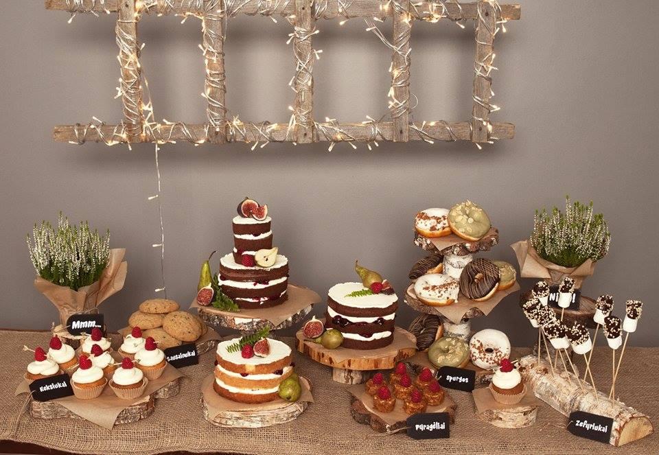 """""""CupCake"""" meistrų ruoštas desertų stalas. Fotografė Skaistė Gulbinaitė"""
