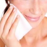 Ar makiažo valymo servetėlės tikrai kenkia odai?