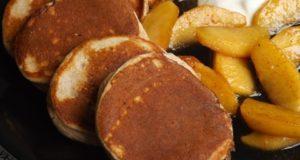 Cinamoniniai blynai su karamelizuotais obuoliais ir jogurtu