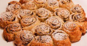 Sluoksniuotos mielinės tešlos pyragas su aguonomis