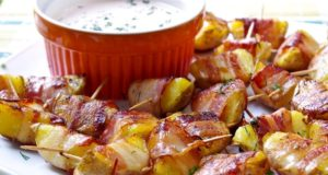 Bulvės su šonine ir grietinės padažu