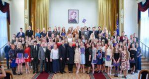 M. K. Čiurlionio menų mokyklos abiturientams – atestatai iš Prezidentės rankų
