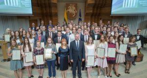 Vyriausybės rūmuose pasveikinti geriausiai egzaminus išlaikę šalies abiturientai