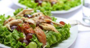 Vištienos salotos su vynuogėmis