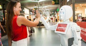 """Vilniaus """"Akropolio"""" lankytojus stebina robotė-konsultantė"""