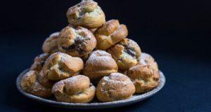 Virtuvės šefų receptai: sūriu įdaryta vištiena ir plikytos tešlos pyragaičiai