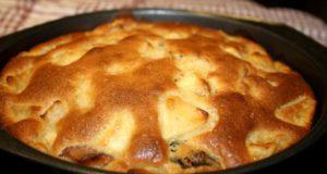Obuolių pyragas su džiovintomis slyvomis
