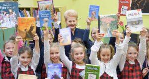 """Prasideda """"Knygų Kalėdų"""" akcija: Prezidentės dovanos – savo rajono bibliotekai"""