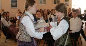 Lazdijų krašto moksleiviai varžytuvėse demonstravo žinias apie tautinį kostiumą