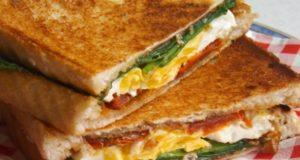 Karštas sumuštinis su džiovintais pomidorais, špinatais ir kiaušiniu
