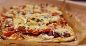 Naminė pica su rūkytomis dešrelėmis ir daržovėmis