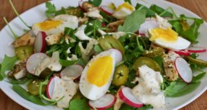 Gardžios salotos su vištiena ir padažu