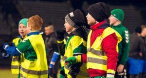 Kauniečius pakvietė į unikalų eksperimentą: futbolą žaidė tamsoje