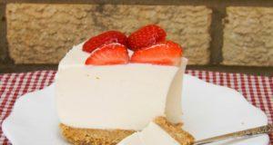Nekeptas sūrio tortas su baltuoju šokoladu ir braškėmis