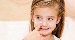 Vaikų odos priežiūra: kaip apsaugoti, bet nepersistengti?