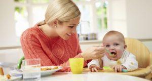 Kūdikio primaitinimas: kada, ką ir kaip?